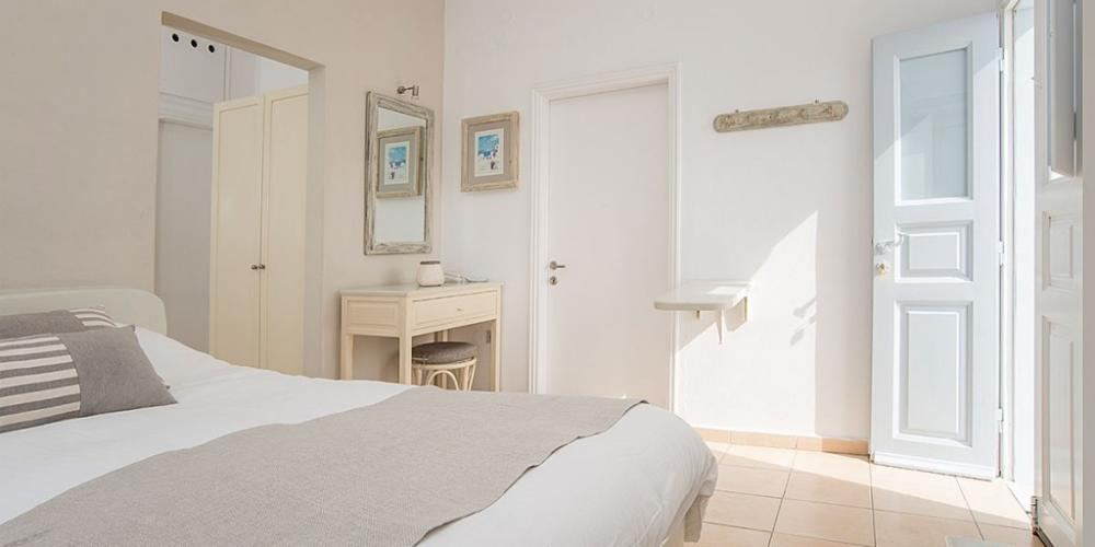 Santorini-Family-Suite-Private-Balcony-bedroom-4-1024×512