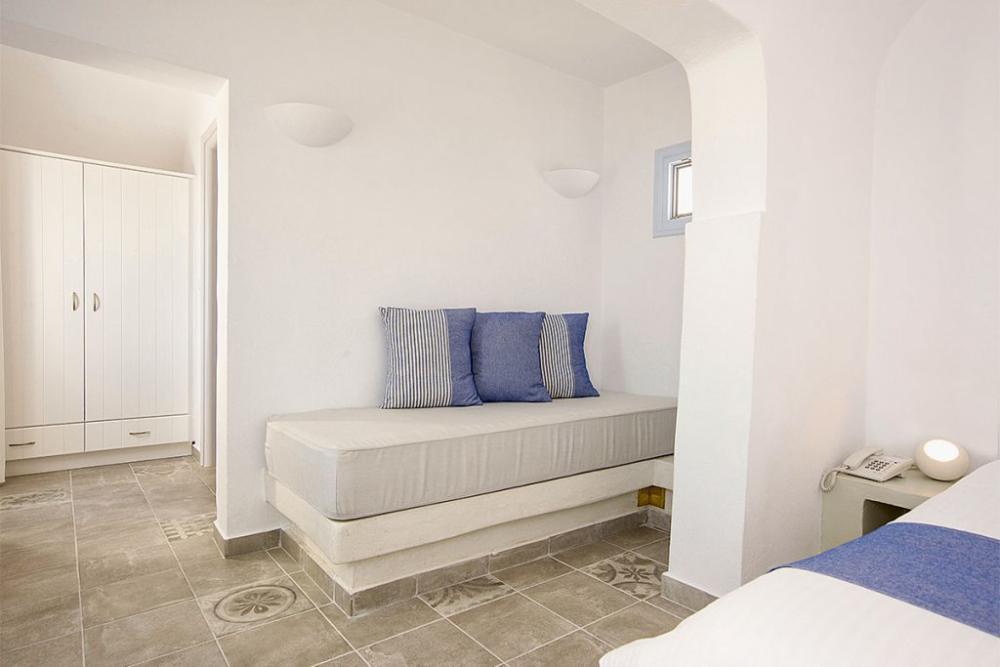Suite-honeymoon-jacuzzi-santorini-1024×683