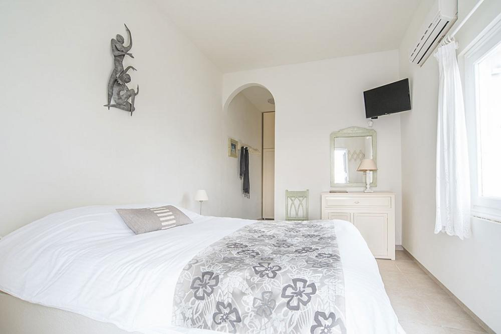 santorini-suites-apartment-double-room-bedroom-2-1024×684