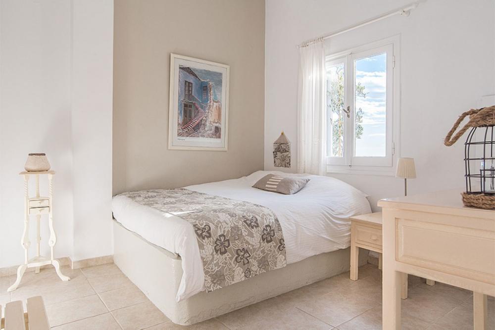 santorini-suites-apartment-double-room-bedroom-3-1024×683